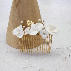 Broche cheveux  fleurs de porcelaine blanches