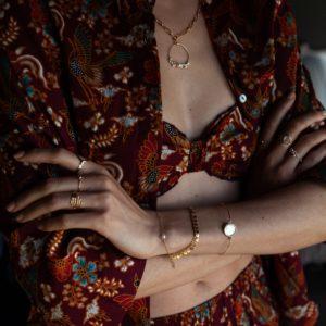 Collier mailles larges et anneau tissé de perles