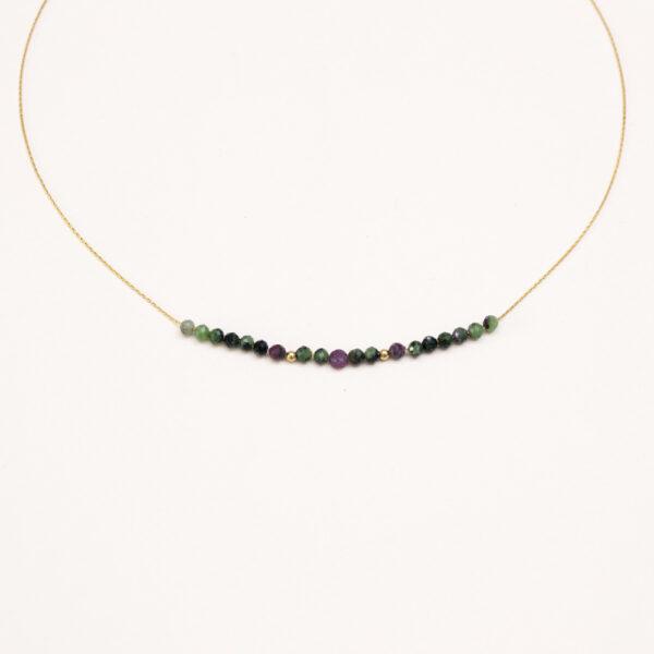 as de cou fin pierres rubis est un collier sur un fil très fin en plaqué or avec des pierres de rubis zoisite.